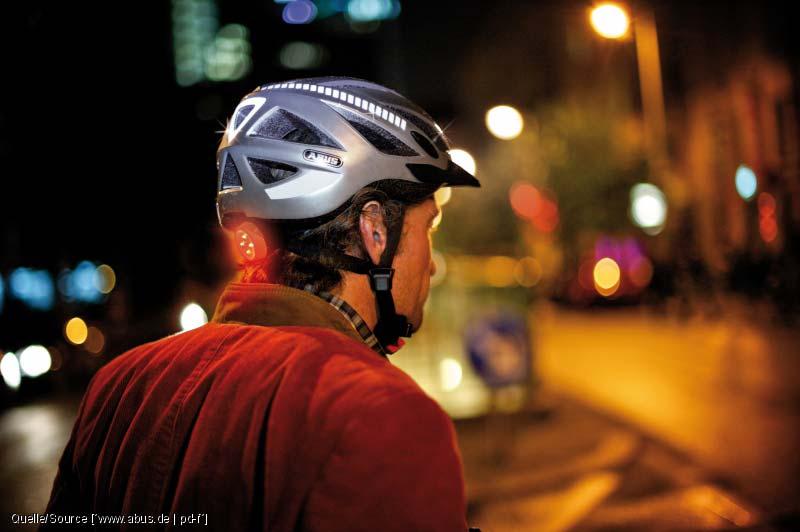 Reflektierender Abus Helm mit Sicherheitslicht