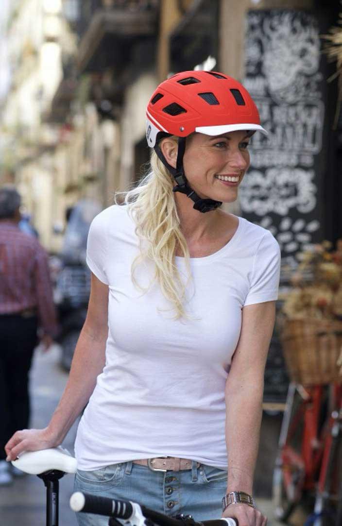 Ein Helm dient auch als Sonnenschutz