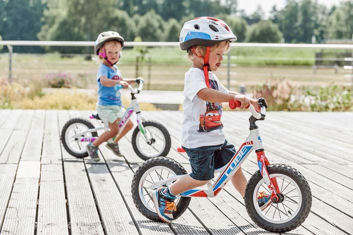 Kinder auf Laufrädern
