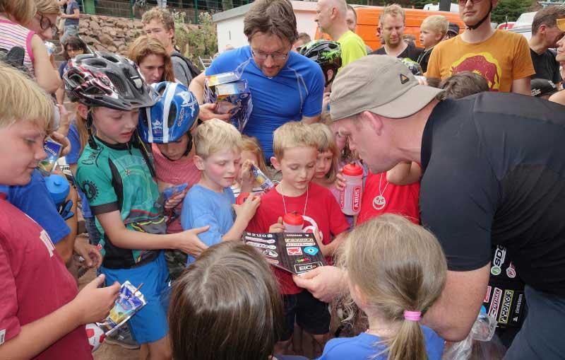Kinder bei einem Radrennen