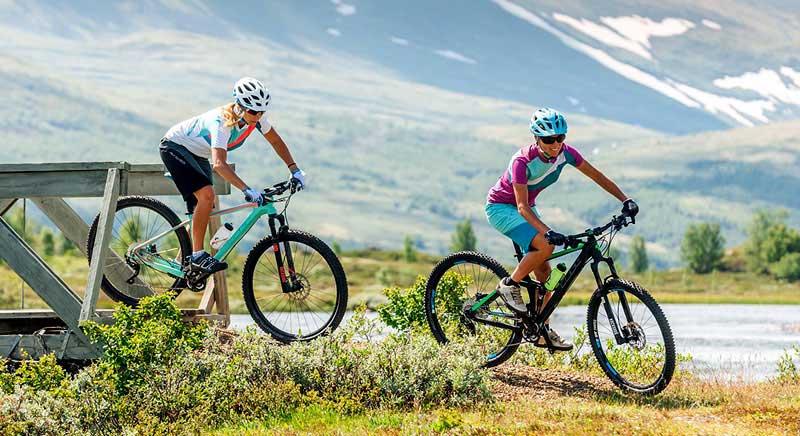 Beim Mountainbiken ist ein Fahrradhelm unerlässlich