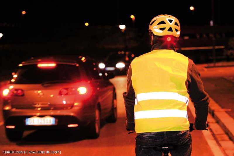 Sicherheitsweste und Helm mit Blinklicht