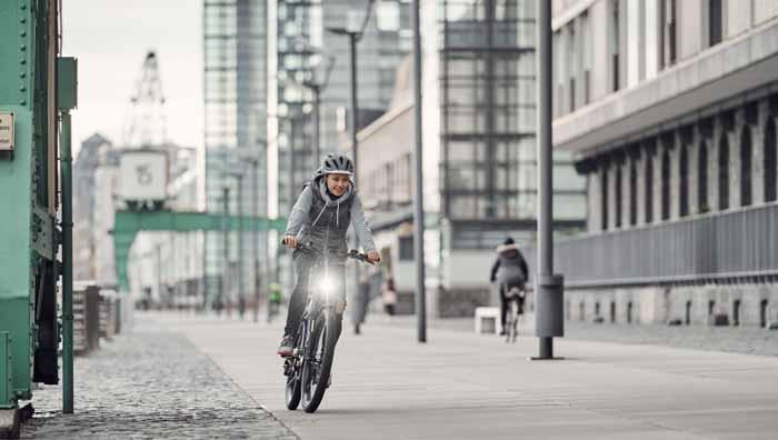 Radfahrerin mit Tagfahrlicht