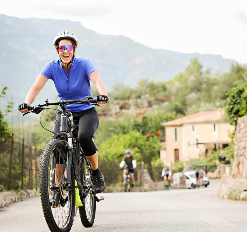 Das Bild zeigt Radfahrerin auf E-Bike