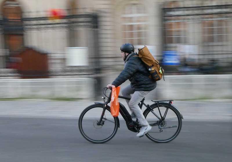 Das Bild zeigt einen Berufspendler mit E-Bike