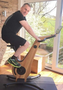 Das Bild zeigt den Nohrd Bike Ergometer mit Tester