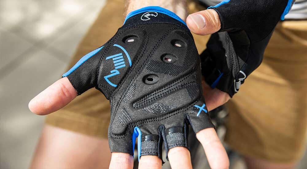 Das Bild zeigt einen Kurzfinger Fahrradhandschuh mit Belüftung der Innenhand