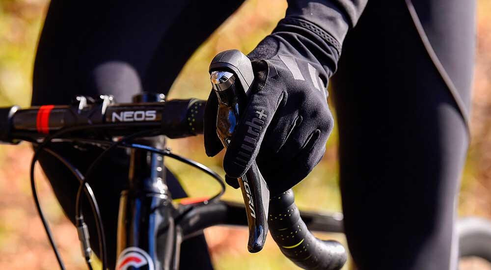Das Bild zeigt einen Rennradfahrer mit Winterhandschuhen