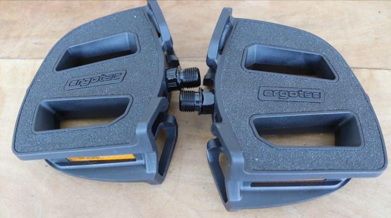 Das Bild zeigt die Ergotec EP-2 Pedale mit ergonomisch geformter Trittfläche